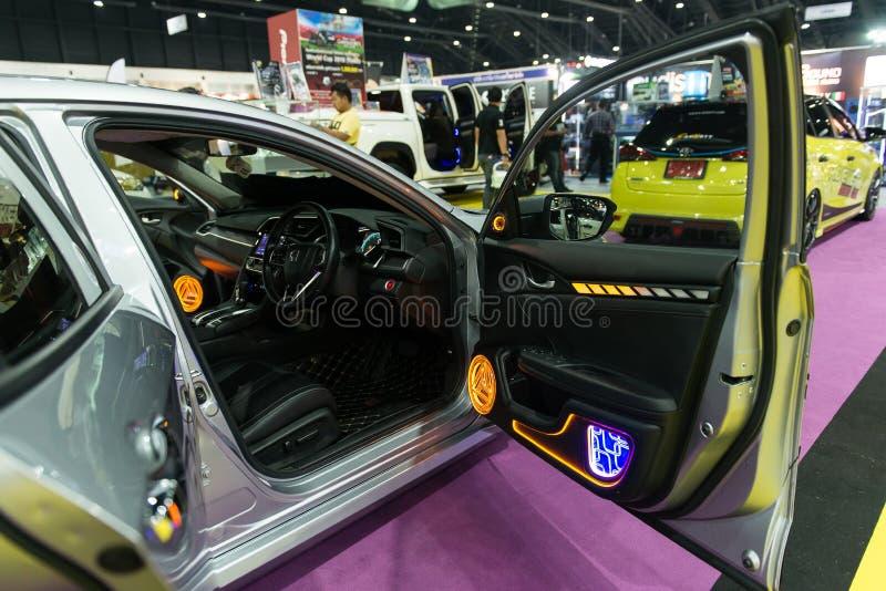 NONTHABURI THAILAND - DECEMBER 9,2017: Beskåda allra den ljudsignal bilen för den nya Honda Civic showen på bås på Thailand inter royaltyfria foton