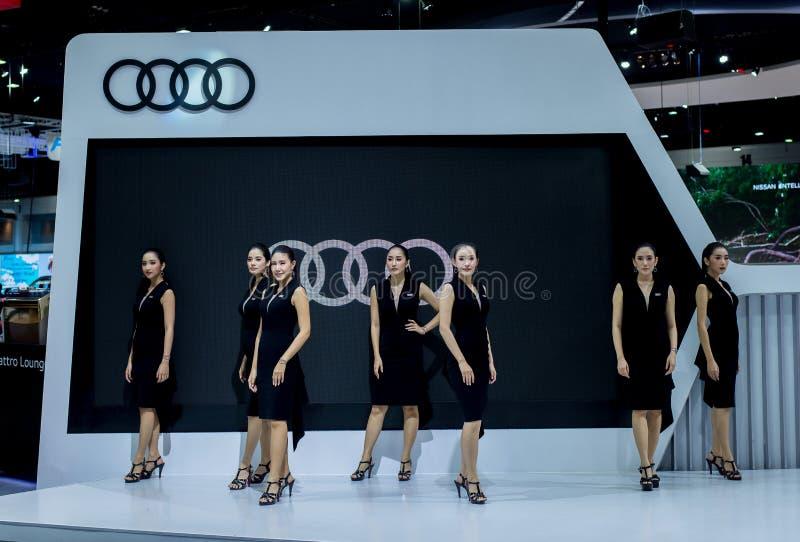 NONTHABURI, THAILAND - DEZEMBER 6,2018: Team von Damenmodellauto auf Ständen an internationaler Motor-Ausstellung 2018, Ausstellu stockfotografie