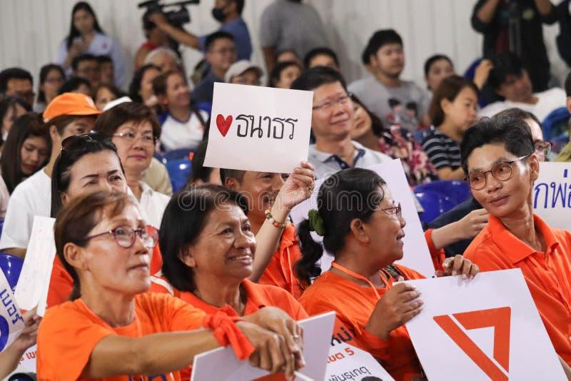 Nonthaburi, Thailand 2019,10 Maart: Het publiek luistert aan politieke partijtoespraken, Toekomstige Voorwaartse Partij, pas gevo stock foto's