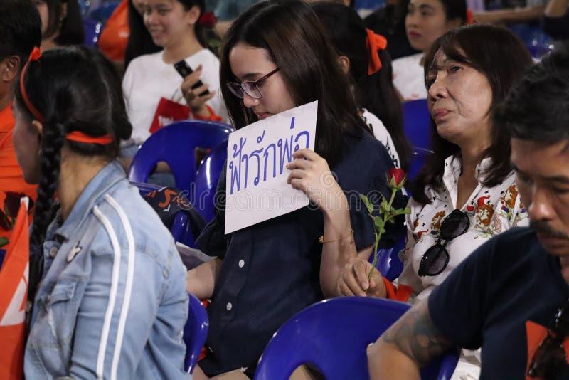 Nonthaburi Thailand 2019,10 mars: Åhörare lyssnar till politiskt partianföranden, framtida framåt parti, A bildade nyligen politi royaltyfria bilder