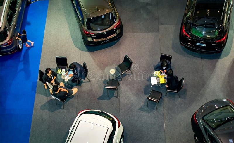 NONTHABURI, THAILAND - 8. OKTOBER: Kunden unterzeichnen Vertrag und m vektor abbildung