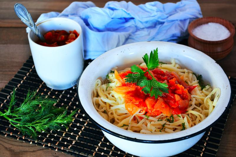 Noodles με τη σάλτσα στοκ φωτογραφία