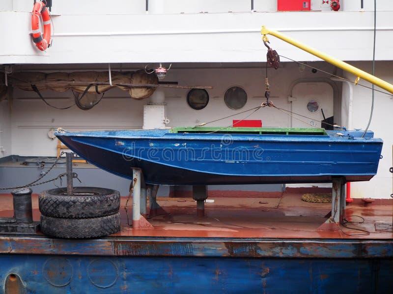 Noodsituatie het roeien boot op een groter schip royalty-vrije stock foto