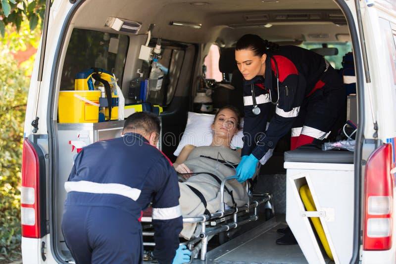 Noodsituatie medisch personeel die patiënt vervoeren stock foto's