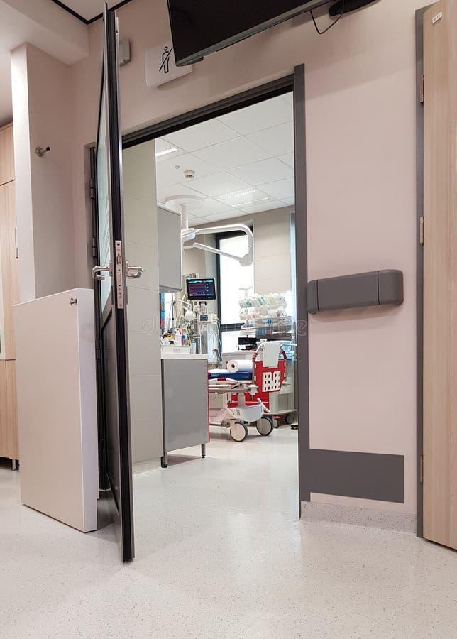 Noodsituatieruimte in het ziekenhuis stock afbeeldingen