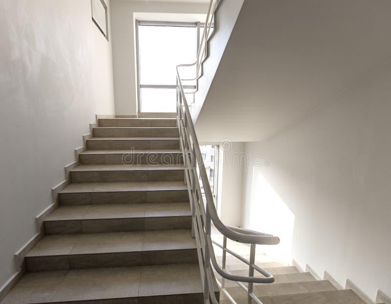 Nooduitgang in hotel, close-uptrap, binnenlandse trappen, binnenlands trappenhotel, Trap in modern huis, trap stock afbeelding