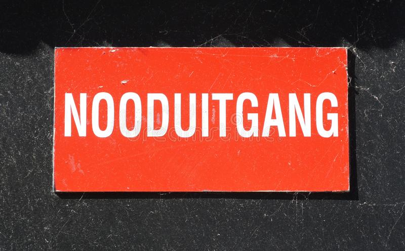 Nooduitgangteken in Nederland het Nederlands: nooduitgang stock foto