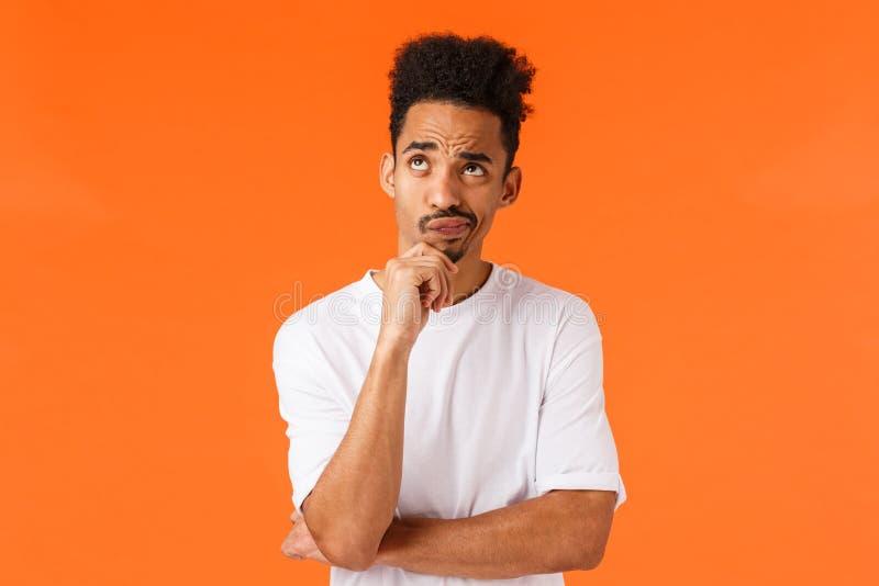 Noodzaak om erover na te denken Hesitante en onzekere, bedachtzame afrikaans-amerikaanse gedempte hipster-man, twijfelachtig, tik stock afbeelding