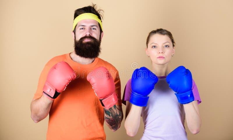 Nooit op geef Knockout en energie paar opleiding in bokshandschoenen sportkleding strijd ponsen, sport Gelukkige vrouw stock foto's