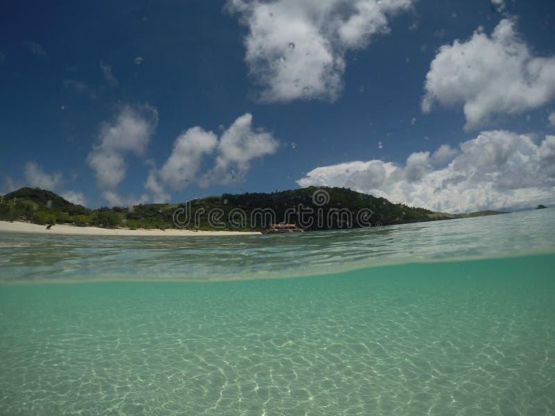 Noontime na ilha, sol beijado imagem de stock