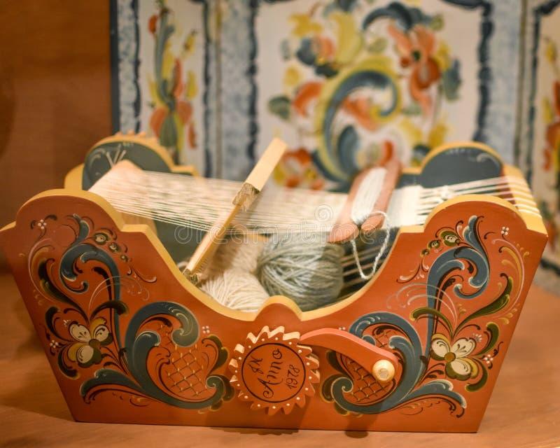 Noor die Houten Mand weven - Weefgetouw met Rosemaling royalty-vrije stock afbeelding