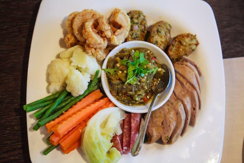 Noordelijk Thais voedsel, Nam Prik Num Green Chili-Onderdompeling De traditionele Thaise saus van de keukenspaanse peper, Thaise  royalty-vrije stock foto's