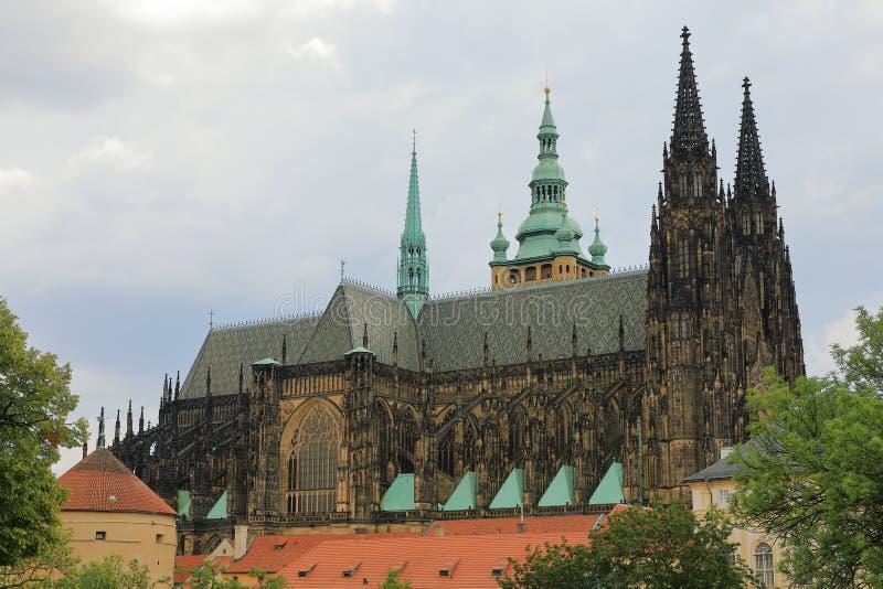 Noordelijke façade van St Vitus Cathedral katedrà svatého VÃta, Praag Praha, Tsjechische Republiek van La ¡ republika van Ceskà royalty-vrije stock afbeelding