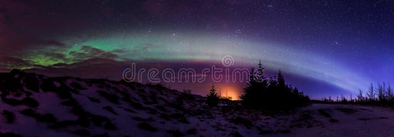Noordelijke lichten Aurora Borealis bij zonsopgang in IJsland stock foto's