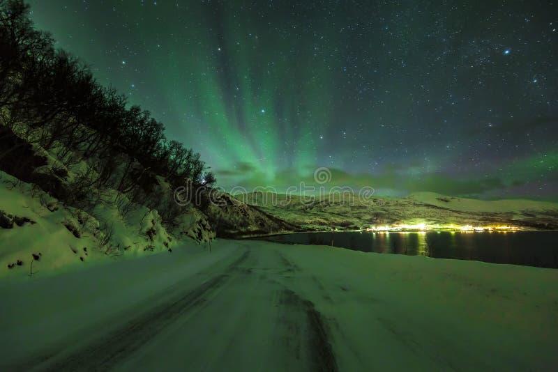 Noordelijke lichten Aurora Borealis in de nacht boven een noordpoolsneeuw royalty-vrije stock afbeelding
