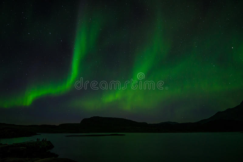 Noordelijke lichten bij nacht over een meer royalty-vrije stock afbeeldingen
