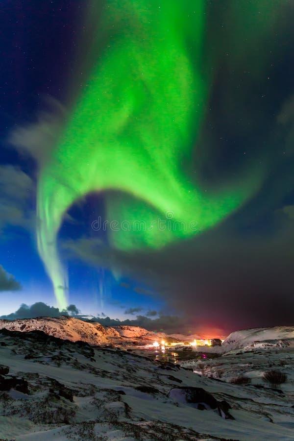 Noordelijke lichten boven de fjord in Noorwegen stock afbeelding