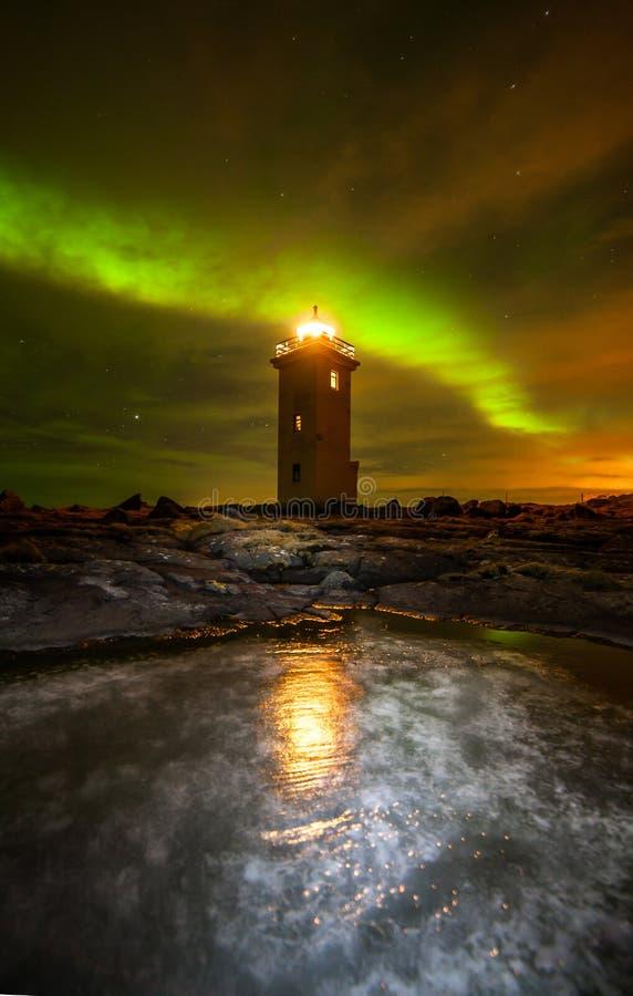 Noordelijke Lichten boven Vuurtoren stock afbeelding