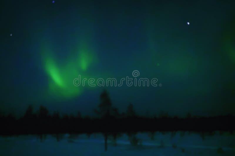 Noordelijke lichten in de winter Lapland bij nacht stock afbeeldingen
