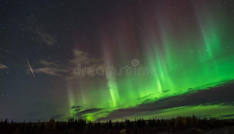 Noordelijke lichten en meteoriet over Canada stock afbeelding