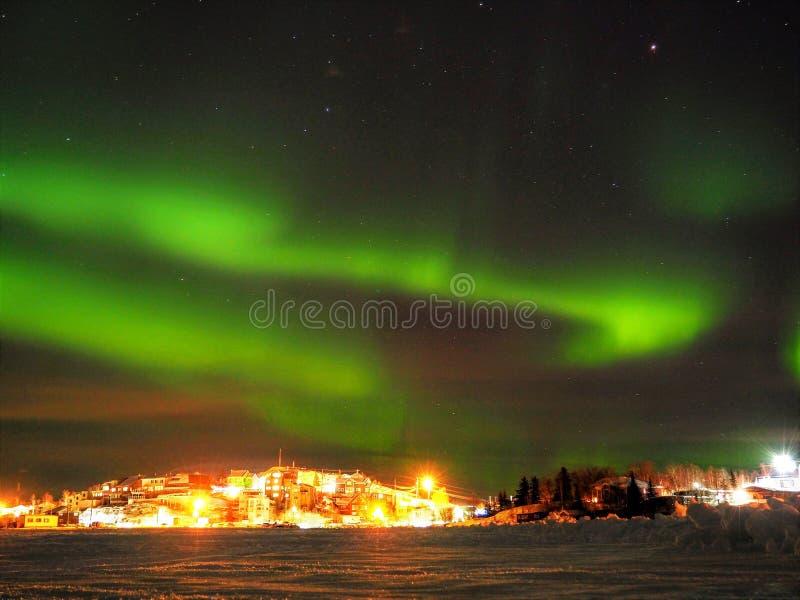 Noordelijke Lichten en Sterren over Stad stock foto