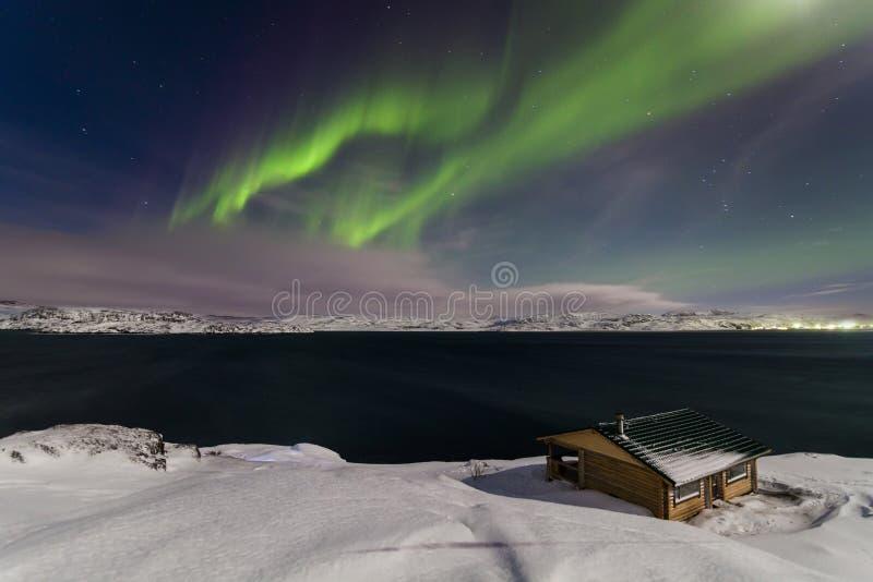 Noordelijke Lichten op de kust van de Noordpooloceaan stock afbeelding