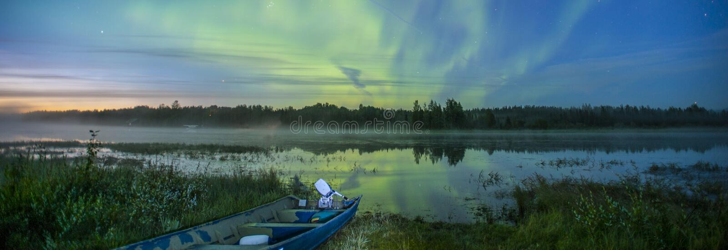 Noordelijke lichten over de Amerikaanse elandenrivier in Alaska stock foto's