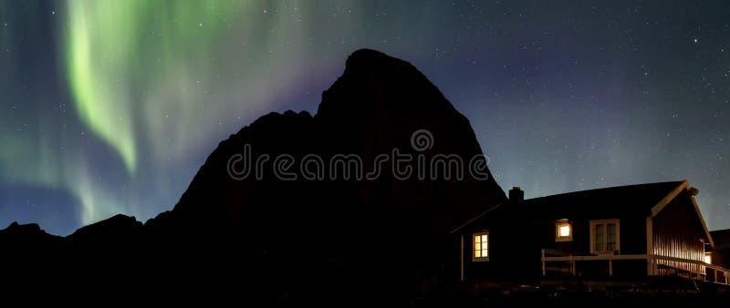 Noordelijke lichten over Hamnoy stock fotografie
