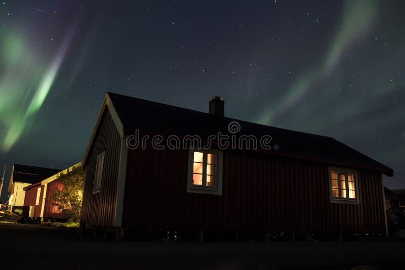 Noordelijke lichten over Hamnoy IV stock foto