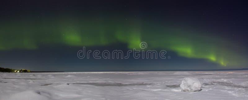Noordelijke lichten over meer Ladoga Rusland stock afbeelding