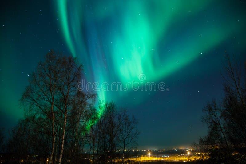 Noordelijke Lichten over Stad royalty-vrije stock foto