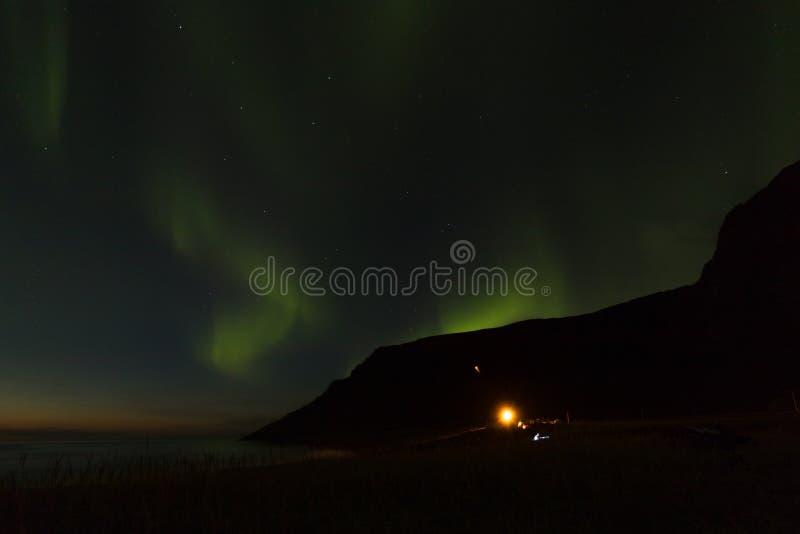 Noordelijke lichten over Unstad-Strand, het surfersparadijs in Lofoten-Eilanden, Noorwegen royalty-vrije stock foto