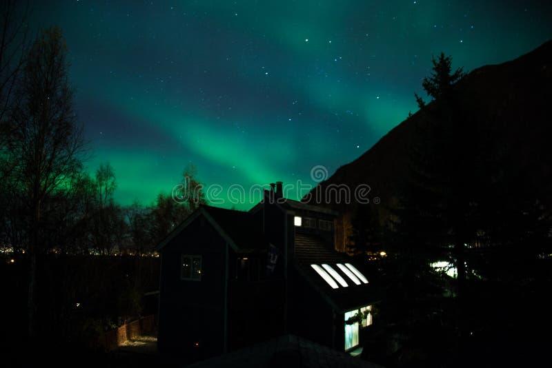 Noordelijke Lichten over Woonplaats stock afbeeldingen