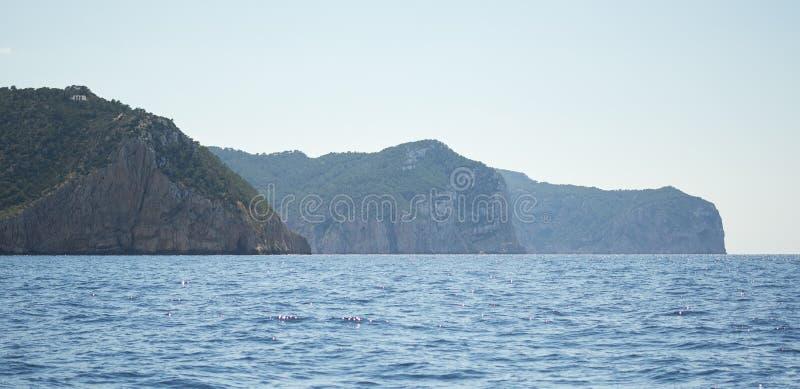 Noordelijke rotsachtige kust van Ibiza-Eiland royalty-vrije stock fotografie