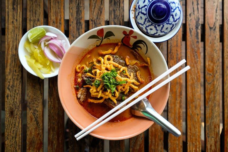 Noordelijke Stijl Met kerrie gekruide de Noedelsoep van Thailand met Rundvlees Soi van Khao stock afbeeldingen