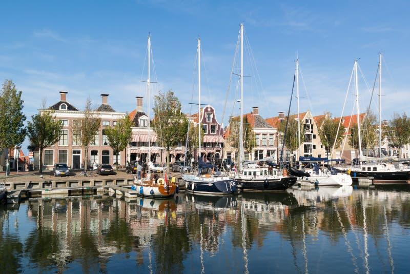 Noorderhaven运河在Harlingen,荷兰老镇  免版税库存照片