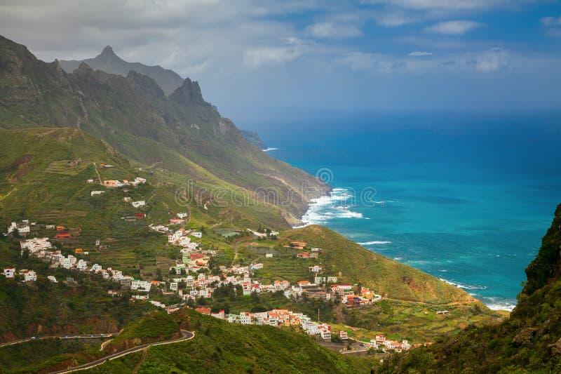 Noordoostelijke kant van Tenerife met Taganana-dorp royalty-vrije stock afbeeldingen