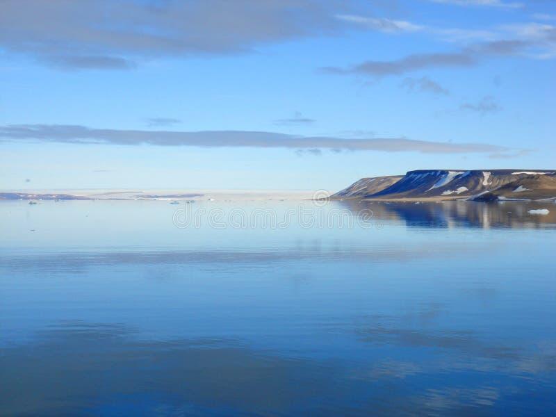 Noordpool Eiland, hemel en overzees stock fotografie