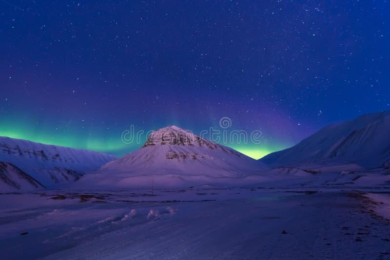 Noordpool Noordelijke de hemelster van het lichtenaurora borealis in Noorwegen Svalbard in Longyearbyen-stadsbergen stock afbeeldingen