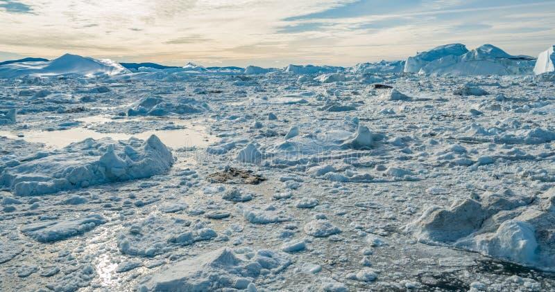Noordpoolaardlandschap met ijsbergen in Groenland icefjord - luchthommelbeeld royalty-vrije stock afbeeldingen