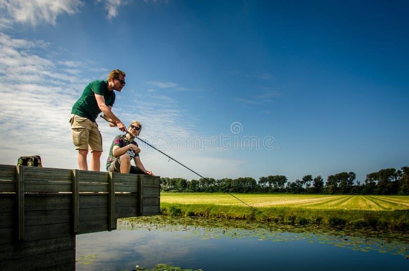 Noordwijk, Países Baixos, o 27 de agosto de 2017: dois povos que pescam no du imagem de stock royalty free
