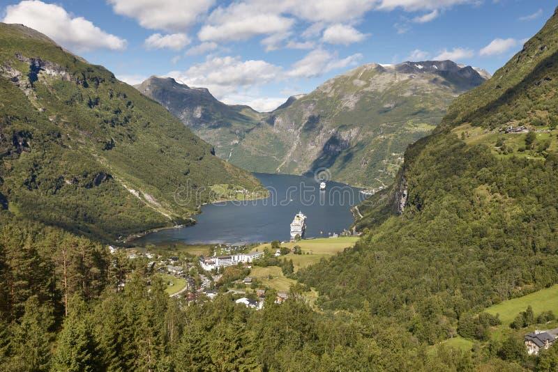 Noors fjordlandschap Geirangerdorp Cruisereis vis royalty-vrije stock afbeeldingen