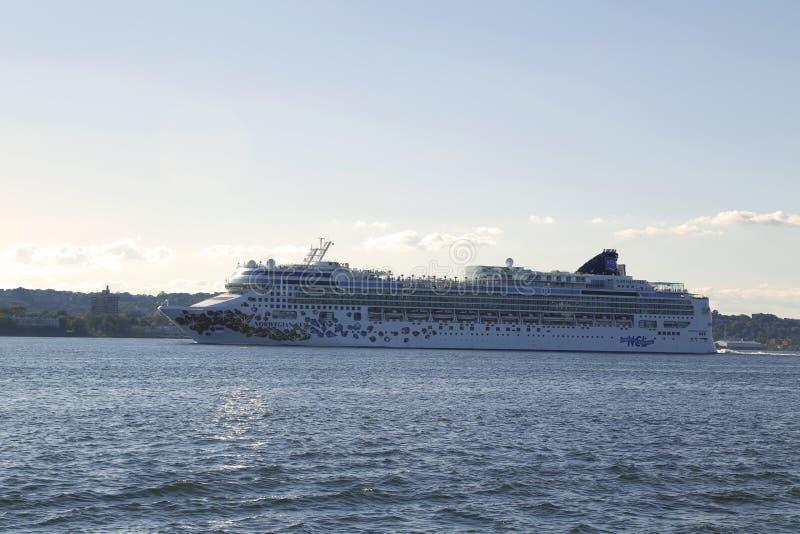 Noors Gem Cruise Ship die New York verlaten stock fotografie