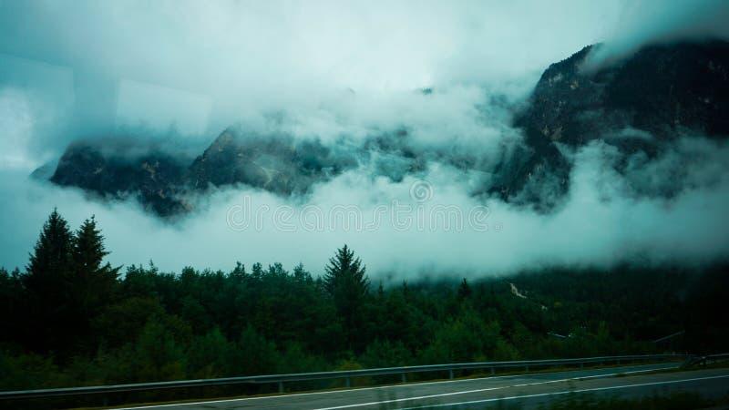 Noors landschap met weg in toendra en bergen royalty-vrije stock afbeeldingen
