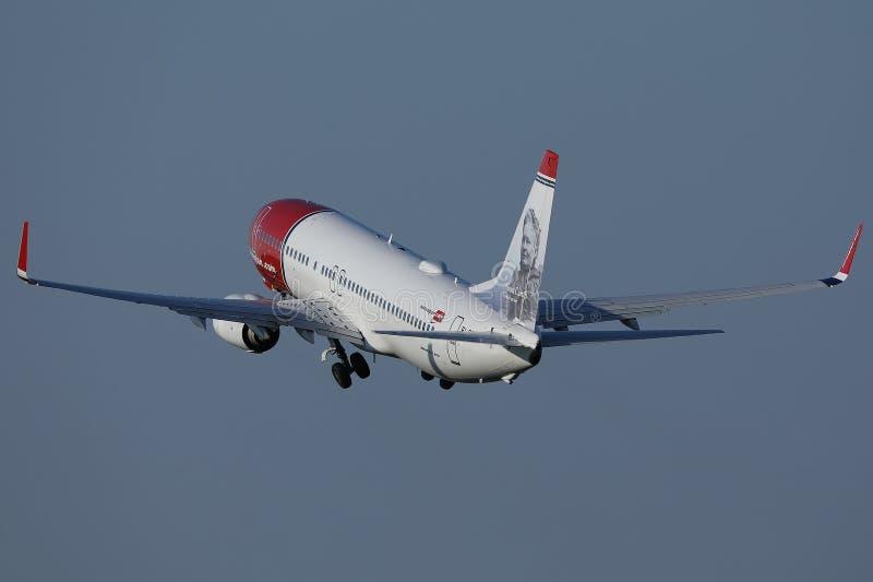 Noors vliegtuig van de luchtlijn dat naar verschillende bestemmingen vliegt royalty-vrije stock foto
