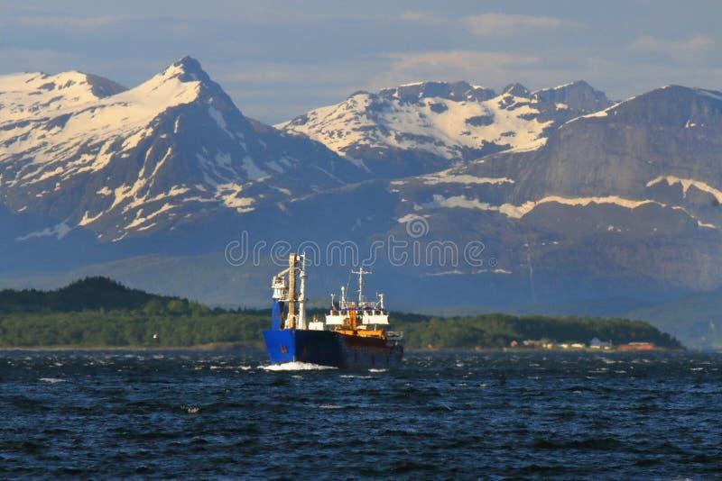 Noors vrachtschip die Meløy verlaten stock fotografie