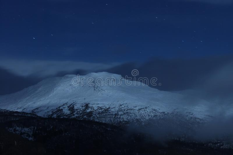 Noorse berg met sneeuw royalty-vrije stock afbeeldingen