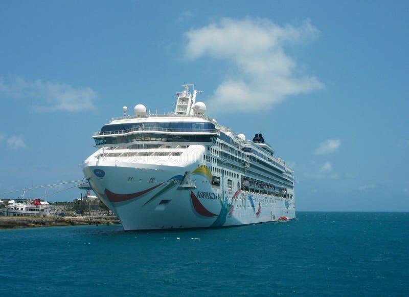 Noorse die Dawn Cruise Ship in de Bermudas wordt gedokt royalty-vrije stock afbeelding