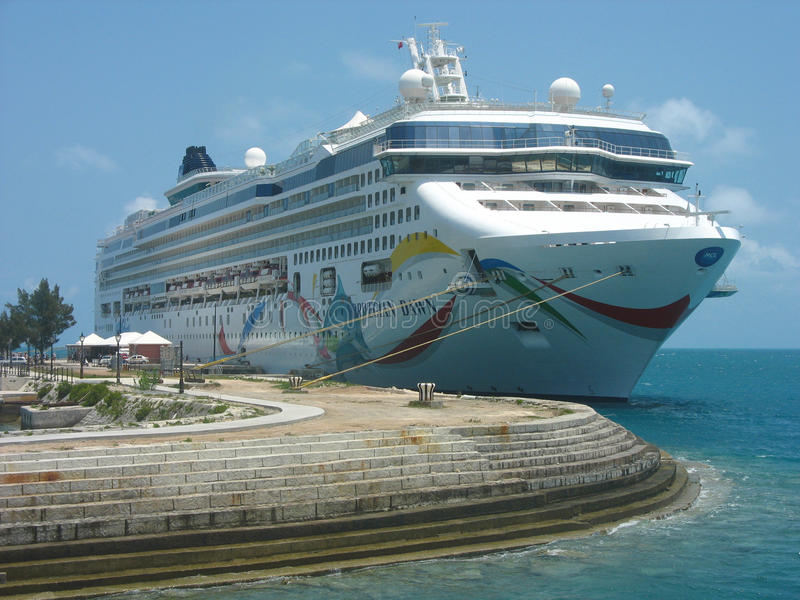 Noorse die Dawn Cruise Ship in de Bermudas wordt gedokt stock afbeelding
