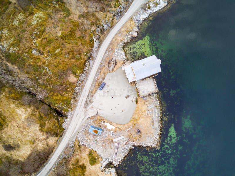 Noorse kust, vegetatie tegenover water stock afbeelding